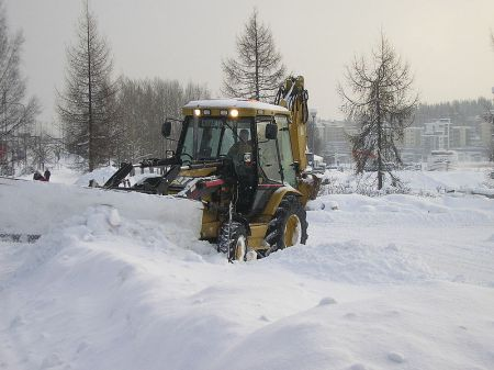 Backhoe loader plowing snow by Jyväskylä - Wikimedia